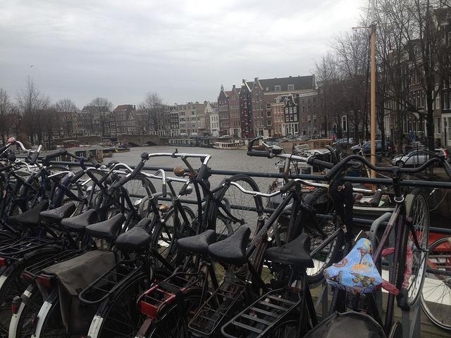 Amszterdani élménybeszámoló, biciklik a csatorna fölött
