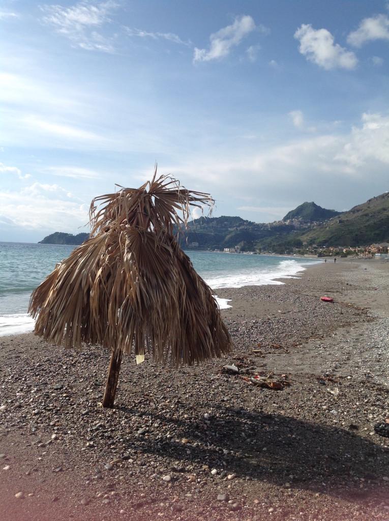 Letojanni tengerpartja, jobbra Taormina van