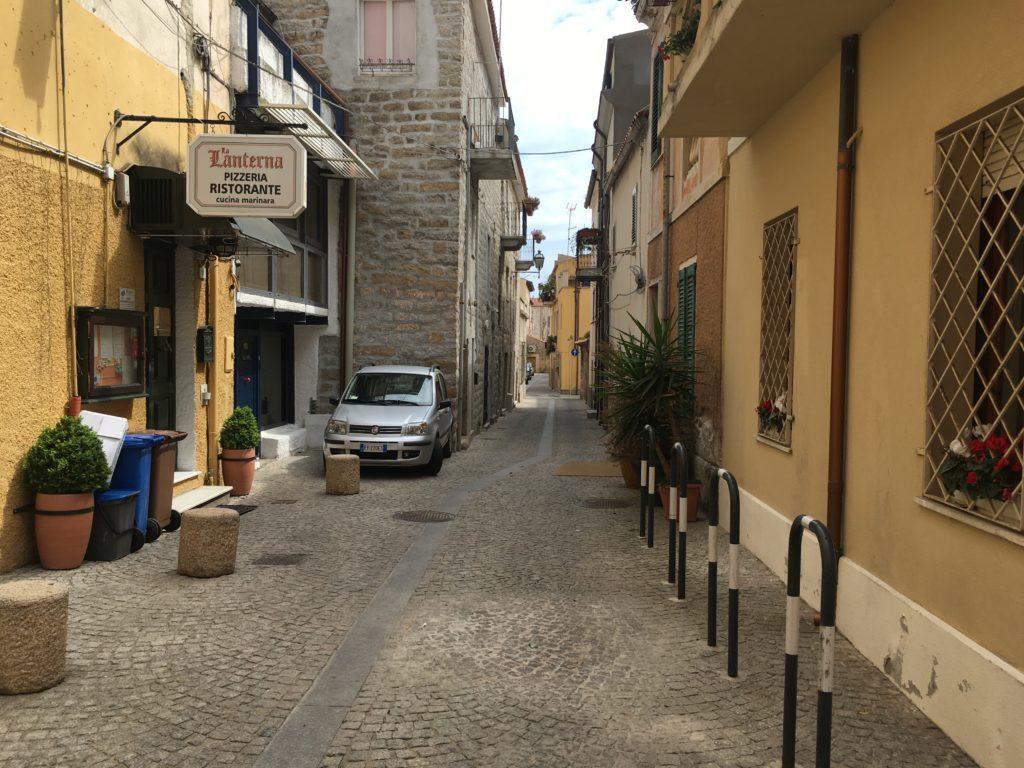hangulatos szűk utcácska Olbia óvárosában