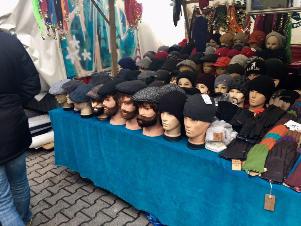 török piac Berlinben - a sapkaárus