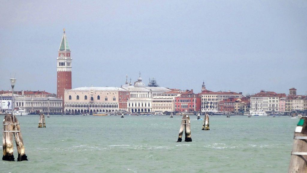 Velence kihagyhatatlan látnivalói - campanile a vízről