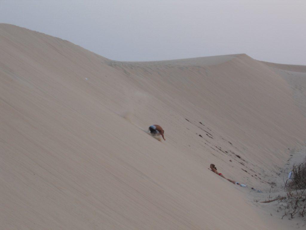 Legurulni egy homokdűnén jó buli!
