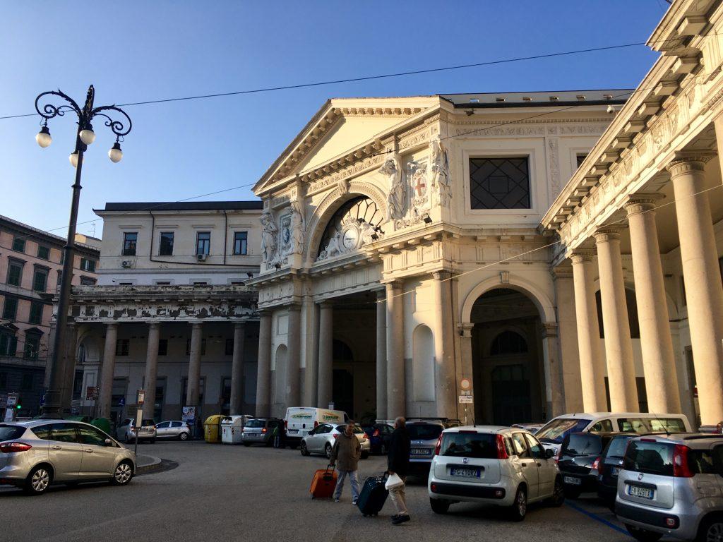 Genova kikötője felé, a Piazza Principe állomás főbejárata