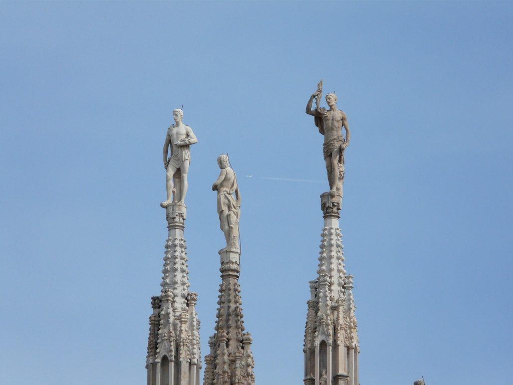 hatalmas szobrok milánói dóm csúcsain