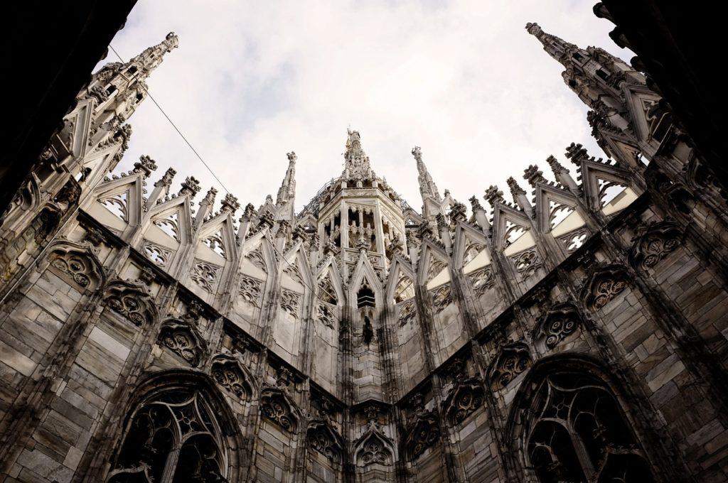 A milánói dóm oldalról nézve