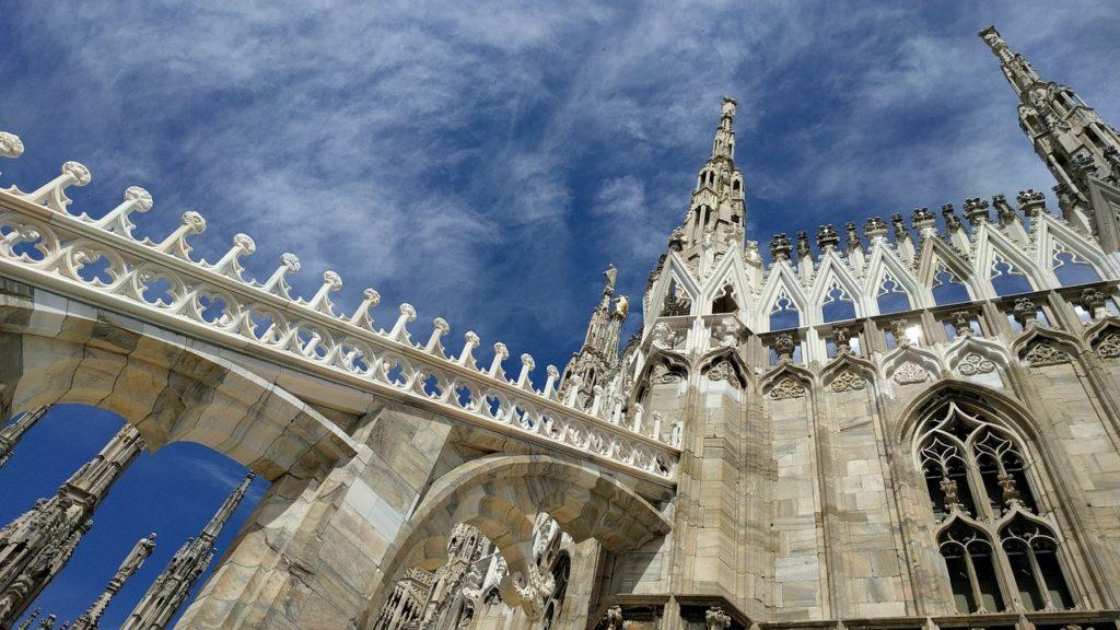 A milánói dóm napsütésben