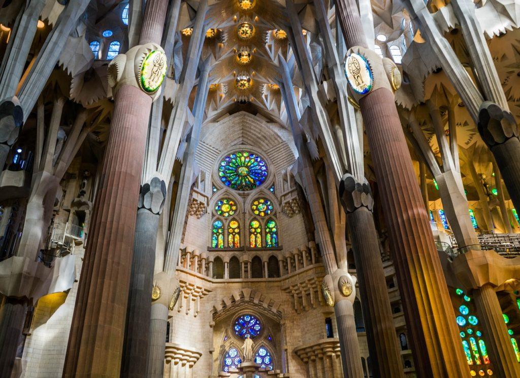 barcelona-latnivaloi sagrada familia templom belülről is gyönyörű