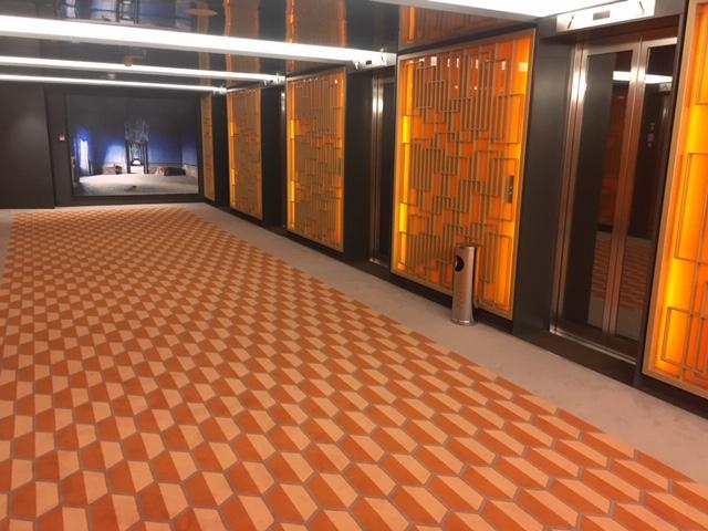 Costa Smeralda hajó lift előtti része.