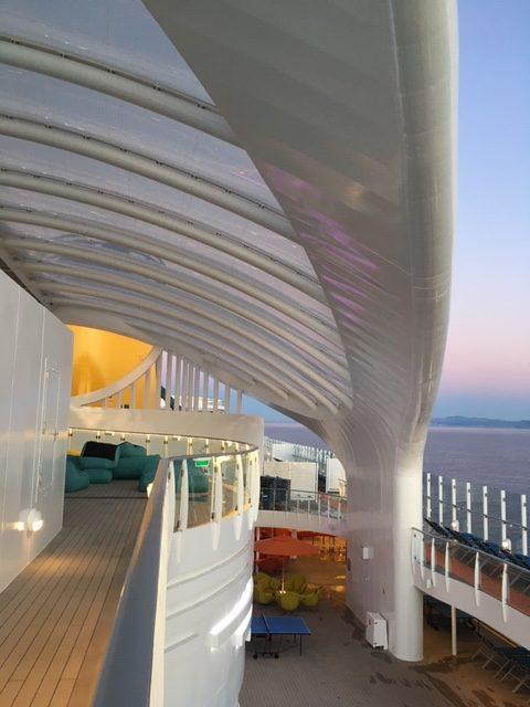 Dizájn ezerrel: Costa Smeralda hajó legfelső emelete felé vezető út